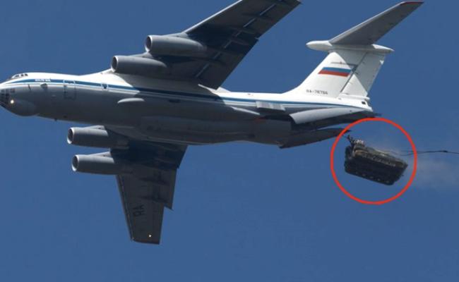 俄军离地1800米连人带战车空投