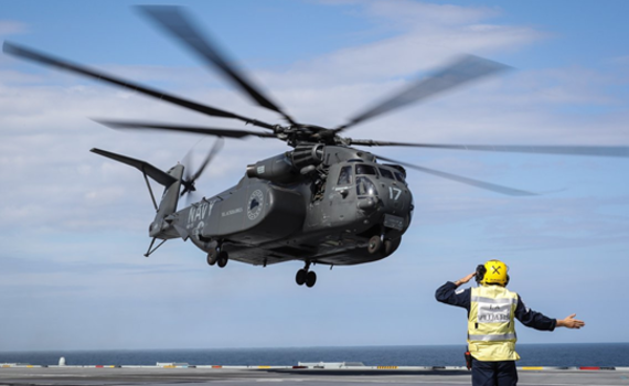 """西方最大直升机降落英航母 未来还有""""大家伙"""""""