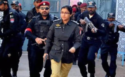女警官率众击退袭击中国领馆武装分子