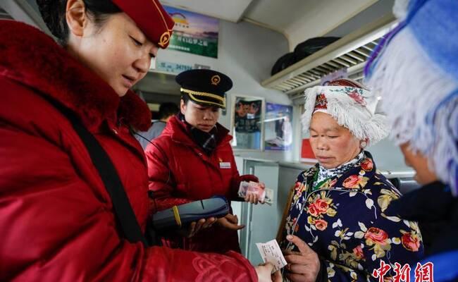 """贵州山区民众""""赶集火车""""运行44年 春运不停运"""