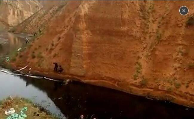 生态灾难:原油流入水坝 现场被封锁
