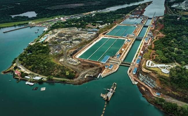 中国船率先通过巴拿马运河新航道画面