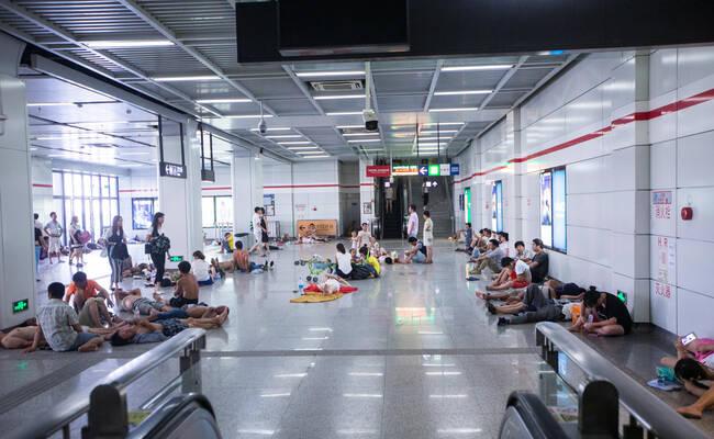 """杭州高温 外来务工者""""占领""""地铁站"""