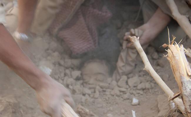也门遭沙特空袭 废墟现男童遗体令人痛心