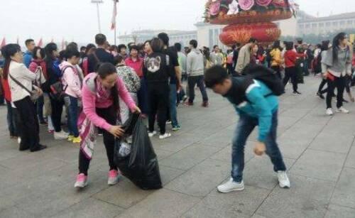 观升旗仪式后 游客自发捡垃圾
