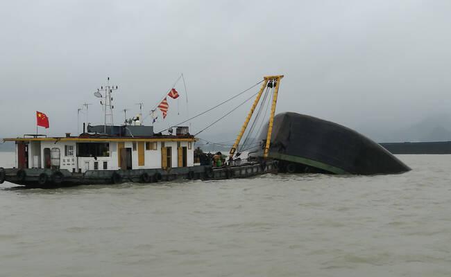 长江一黄沙船与海轮碰撞后翻沉 3名船员落水