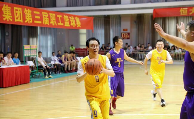 恒大职工篮球赛 许家印得32分当选MVP