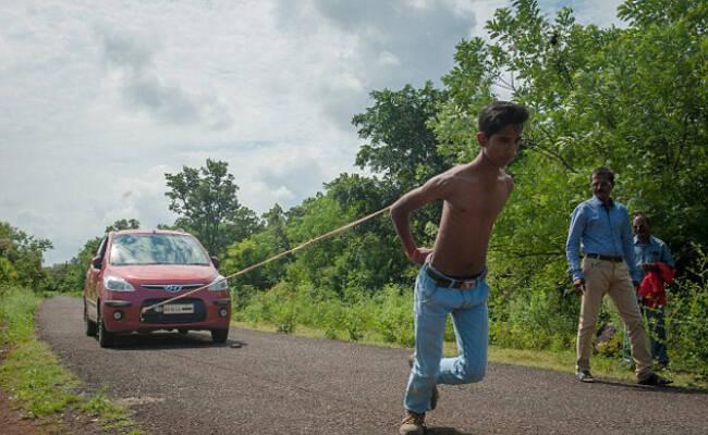 印度少年用肩胛骨拖车 欲冲击世界纪录