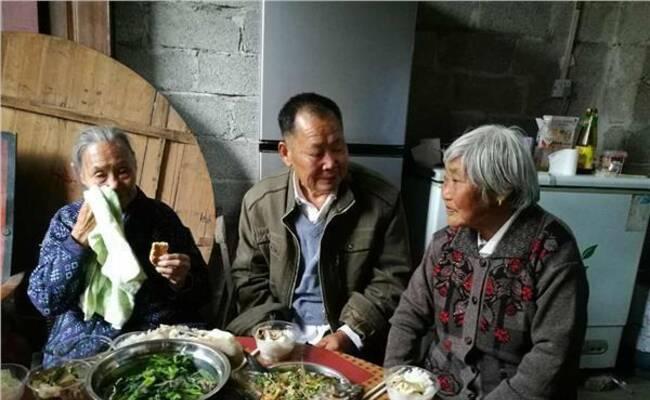 战乱中母亲失踪 70年后80岁女儿与90岁母亲相聚