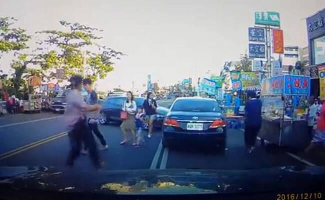 台湾警察街上开枪围捕毒贩 民众四处逃跑