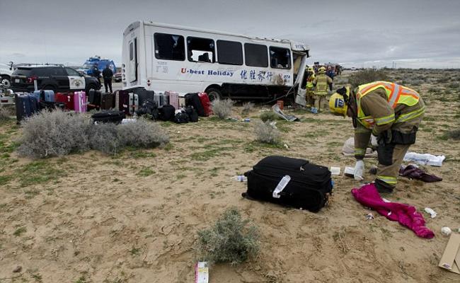 美国一载中国游客大巴遇重大车祸现场