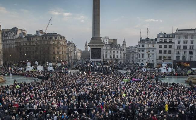 伦敦数千人为恐袭遇难者烛光守夜