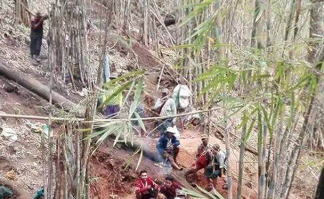 缅甸村民发现金矿脉 上百人不分昼夜开挖