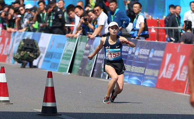 马拉松女选手体力透支瞬间