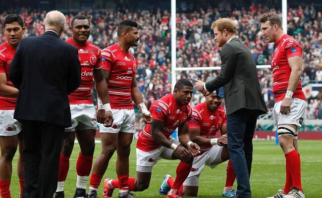 英式橄榄球成员向哈里王子下跪