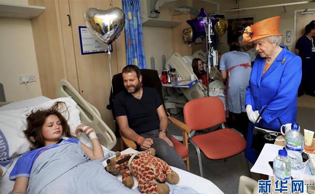 英女王到医院看望曼城恐袭伤者
