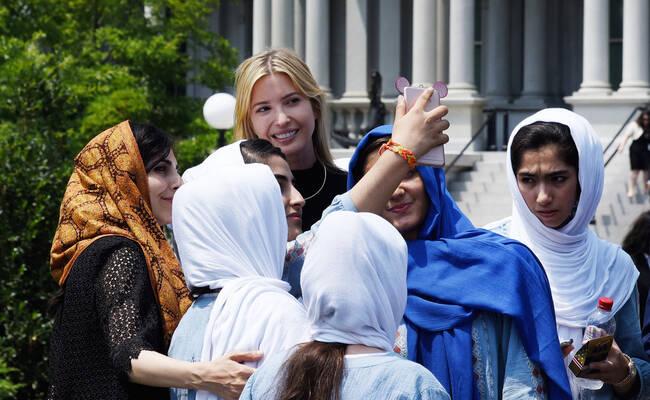 伊万卡与游览白宫学生自拍