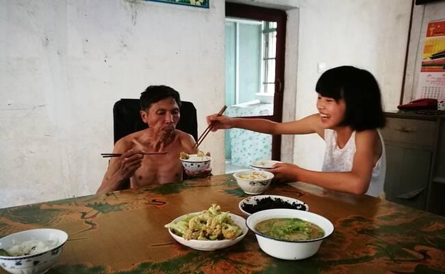 浙江衢州:女孩捡知了壳赚钱为父亲治病 想辍学打工