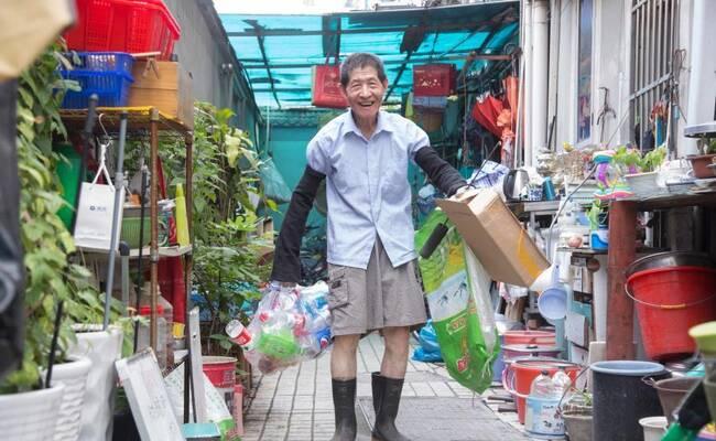 杭州:85岁老教师多年拾荒资助困难大学生