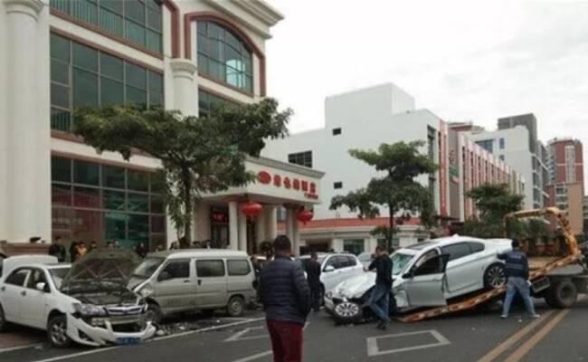 广东一无牌宝马逆行连毁10车