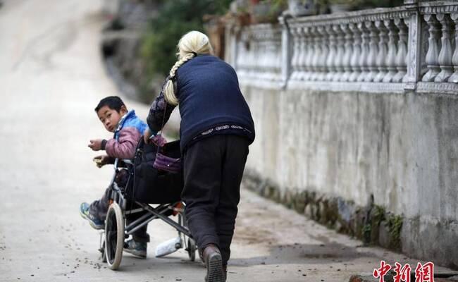 七旬老太送脑瘫孙子上学4年 每天步行24公里
