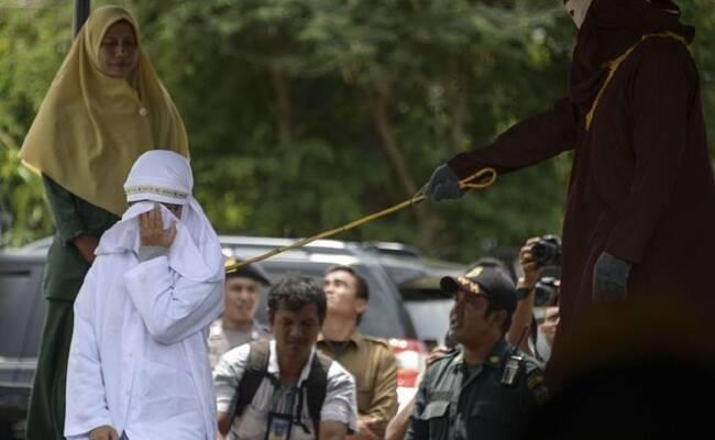印尼一女性因玩儿童娱乐游戏遭公开鞭刑
