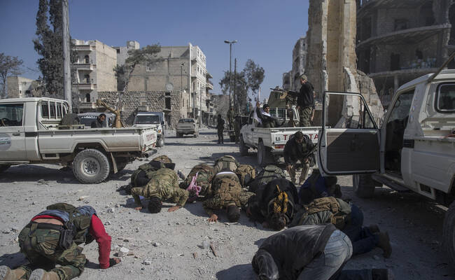 叙利亚自由军从IS手中夺回阿尔巴布 跪地庆祝