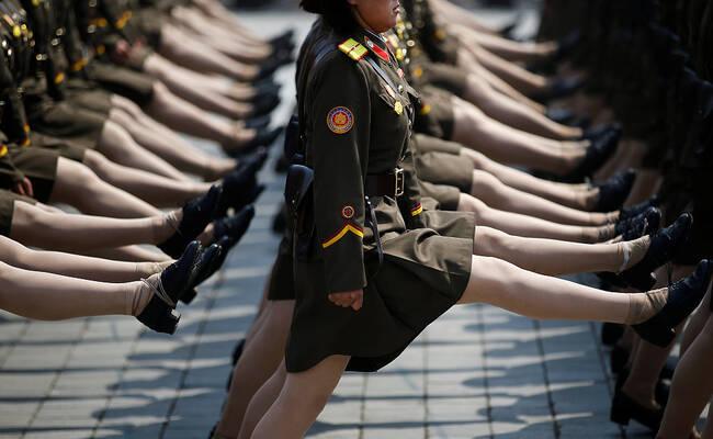 朝鲜阅兵式 女兵穿短裙步伐整齐靓丽登场