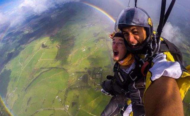 英国男子高空跳伞偶遇圆形彩虹|组图