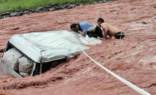 司机刚被救上岸 车被冲走|组图