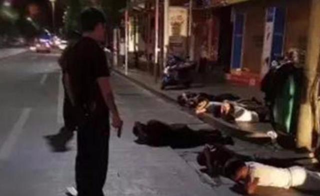 8人深夜欲持刀寻仇,下班警察路过掏枪制服丨组图