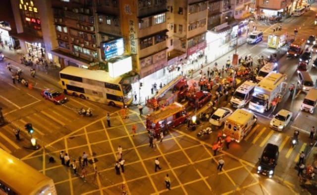 香港一巴士撞向人群 已致3死22伤丨现场图