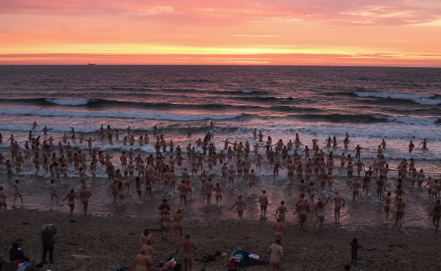 英国数百男女集体裸泳|组图