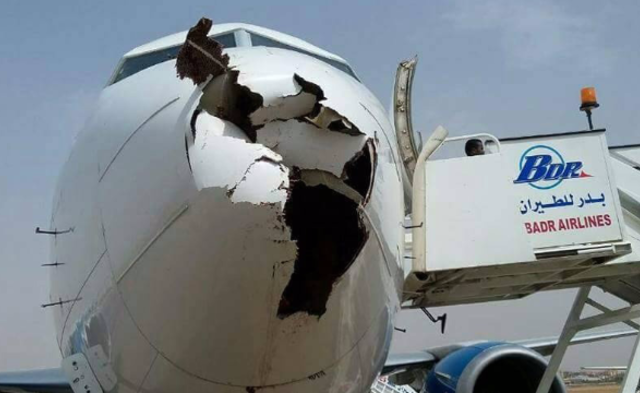 飞机机鼻被鸟撞出一个大洞|组图