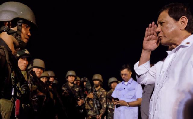 菲军队从马拉维凯旋 杜特尔特亲自迎接丨现场图