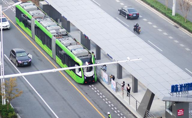 全球首列智轨列车在湖南上路运行丨组图