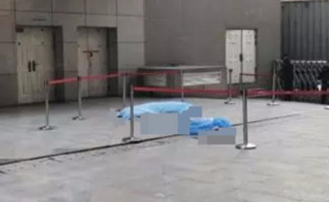 保安伸手接坠楼女子 砸中后双双身亡