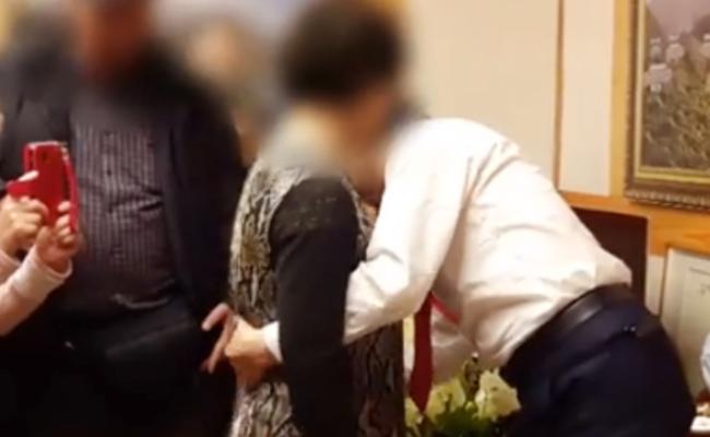 """韩国总统候选人被曝为女子摸身""""治病"""""""