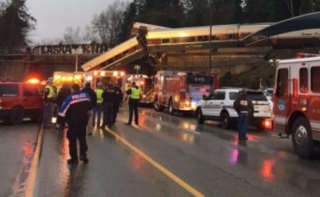 美国火车脱轨落桥 至少6死近百伤