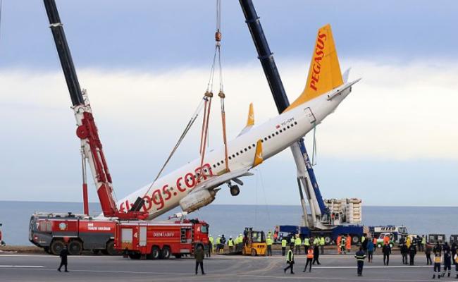遇险飞机在事发现场被吊起画面