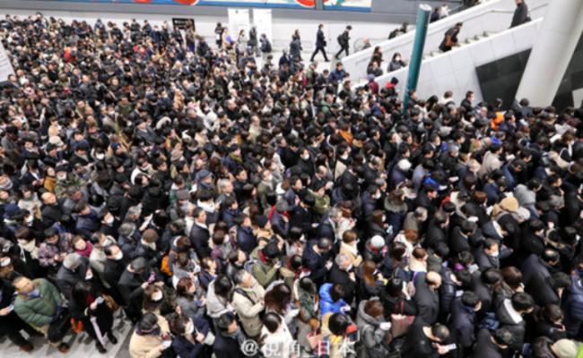 东京大雪:列车停运,航班取消