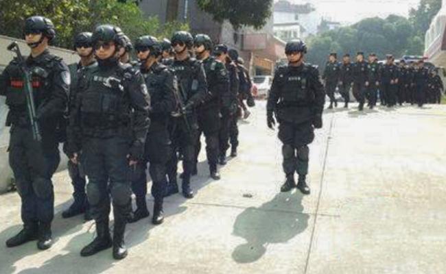 四川德阳警方派出最强阵容押解这些罪犯