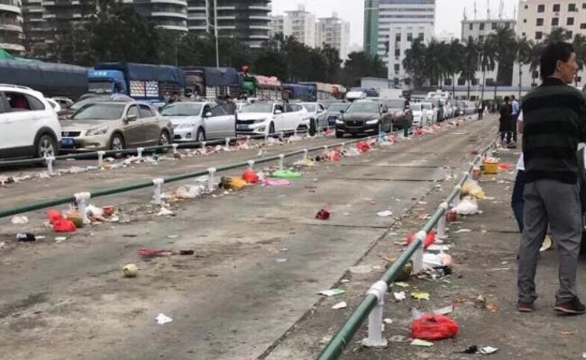 海南:万车滞留后垃圾遍地