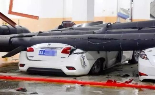 郑州万科小区暖气管脱落 多辆私家车被砸