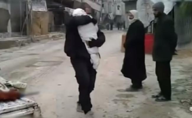 敍利亚轰炸致400死 父亲紧抱死去孩子