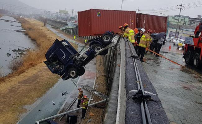 韩国:集装箱大货车冲出围栏挂半空