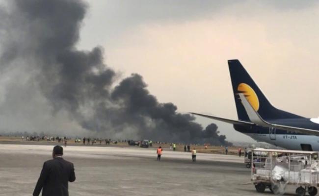 尼泊尔客机降落时坠毁 现场一片浓烟