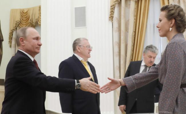普京会见总统参选人 与恩师之女握手