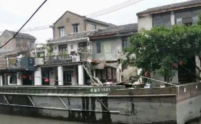 浙江温州房子被货船撞塌