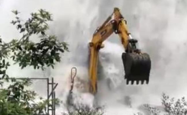 """成都自来水爆管 路面现6米高""""喷泉"""""""